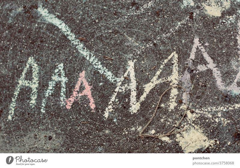 Der Buchstabe A steht mit Kreide geschrieben auf Asphalt. Schulanfang, A-machen beim Arzt buchstabe schreiben lernen straßenkreide Kind Schriftzeichen