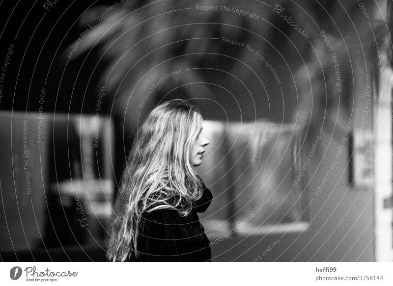 Ianges blondes Haar fällt auf die Schultern der Frau die im vorübergehen das Auge des Betrachters verzückt - ein flüchtiger Moment, die Erinnerung bleibt