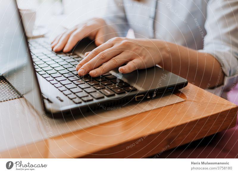 Frauenhände beim Tippen auf der Laptop-Tastatur, freiberufliche Fernarbeit Blogger Business Café Kaffeepause Mitteilung Computer weibliche Hände