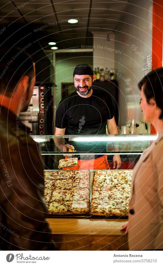 Junges Paar kauft Pizza im Nachtrestaurant Fast-Food-Bar. Mann Türkisch Bier Erwachsener Person Menschen attraktiv Männer männlich bärtig Verkäufer Laden