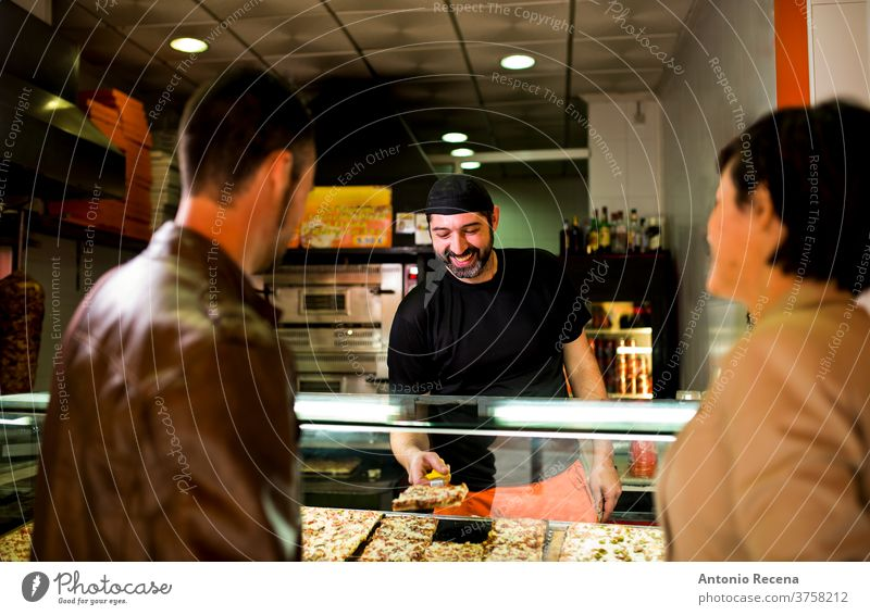 Paare kaufen und wählen Pizza in einem Straßenrestaurant im Freien. Mann Türkisch Erwachsener Person Menschen Lifestyle attraktiv Männer männlich bärtig