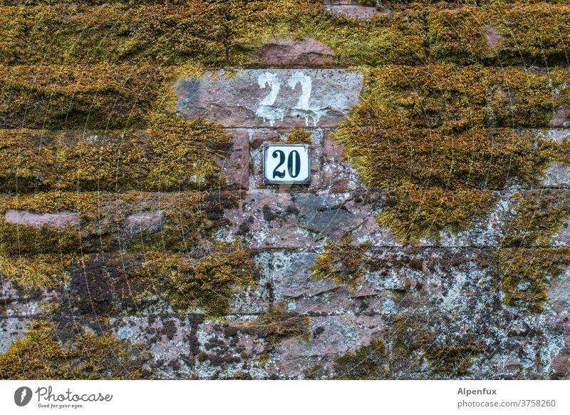 Korrektur Hausnummer Wand Moos Ziffern & Zahlen Mauer Außenaufnahme Menschenleer Farbfoto Fassade Schilder & Markierungen Textfreiraum unten Zeichen