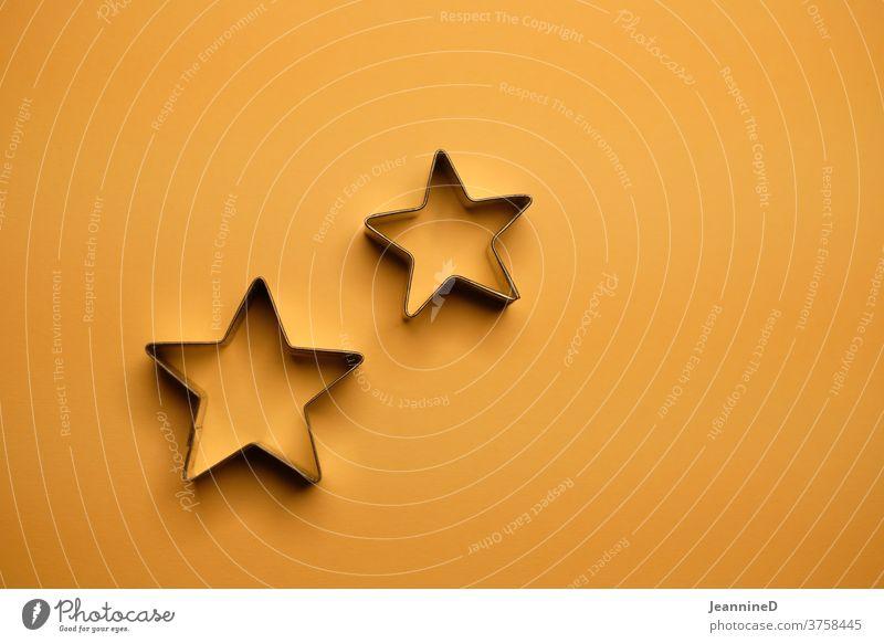 zwei Sternformen auf orangen Hintergrund Dekoration & Verzierung Feste & Feiern Weihnachten & Advent Farbfoto Stillleben Tradition minimalistisch abstrakt