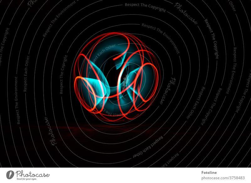 Orb - so nennt man diese wundervollen Objekte die kunstvoll beim Lightpainting entstehen. Licht Lichtspuren Lichteffekt Linien Kreise Spuren schwarz blau rot