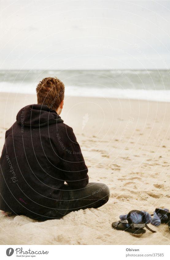 in gedanken Mann Meer Strand ruhig Ferne Schuhe Wellen Gedanke schlechtes Wetter