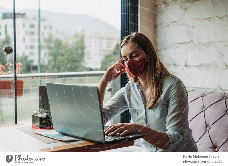 Frau mit Maske Freiberuflerin, die im Restaurant aus der Ferne am Laptop arbeitet Erwachsener attraktiv schön Business Geschäftsfrau Café Kaffee Mitteilung