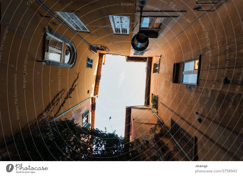 Innenhof Haus Gebäude Architektur Fassade Froschperspektive Immobilienmarkt aufstrebend Perspektive hoch himmelwärts Hinterhof oben alt Wohnung Lifestyle Altbau
