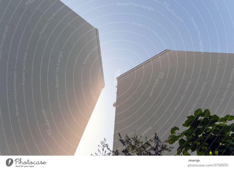 Gesichtslose Häuser Wohnhaus Mehrfamilienhaus anonym hoch Wolkenloser Himmel Fassade Stadt Architektur aufstrebend
