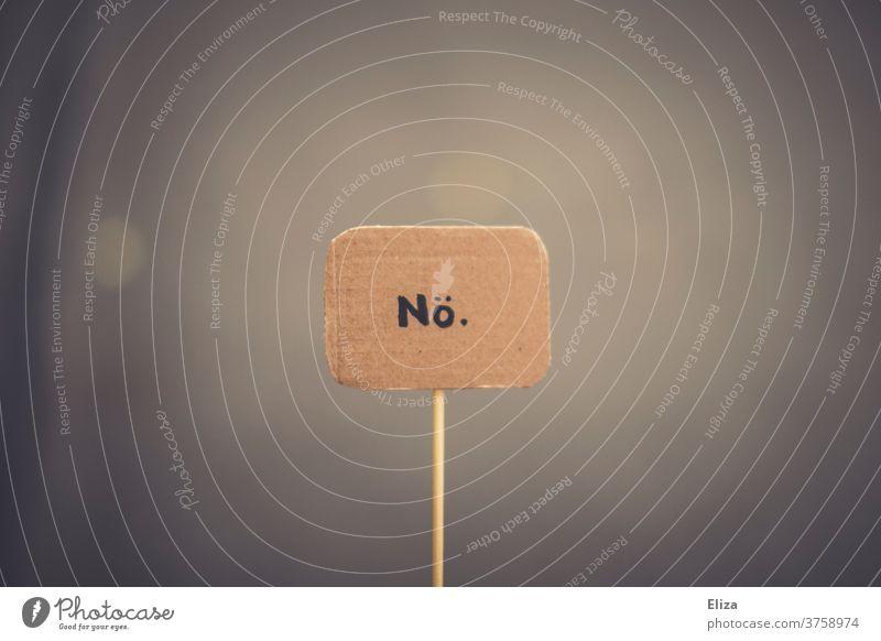 Ein Schild auf dem nö steht. Nein, Ablehnung, Protest. nein Demonstration Kommunikation nein sagen Meinung Hintergrund neutral Schriftzeichen Wort geschrieben