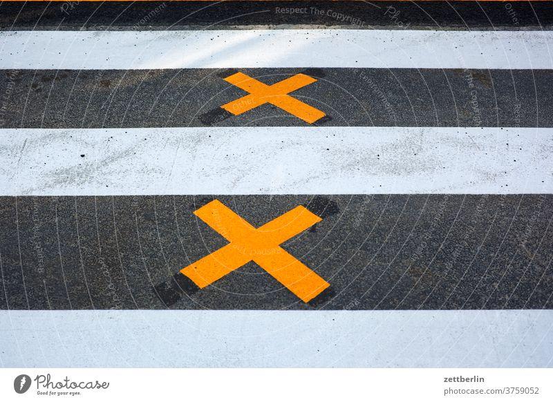 Zebrastreifen mit Kreuzen abbiegen asphalt autobahn ecke fahrbahnmarkierung fahrrad fahrradweg hinweis kante kurve linie links navi navigation orientierung