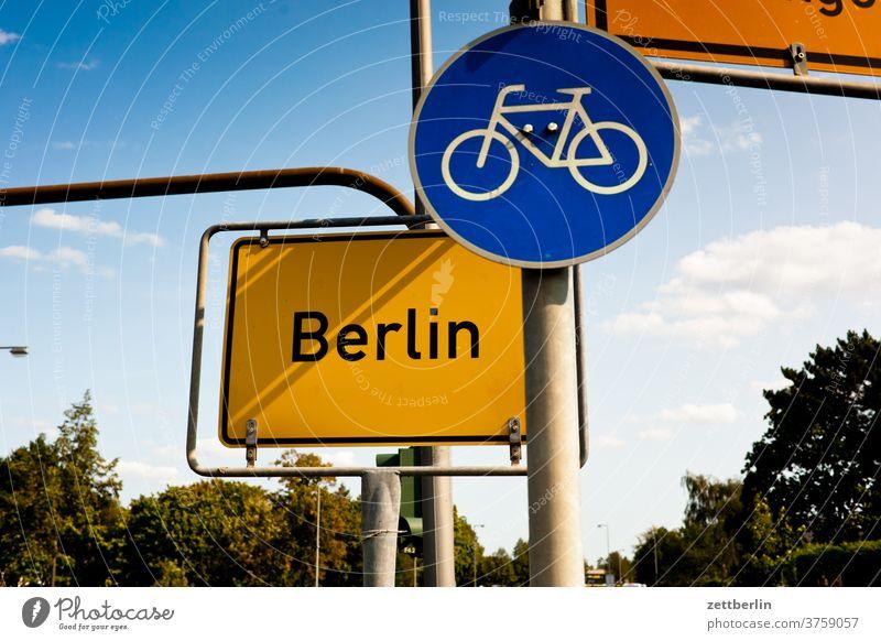 Berlin mit Fahrradweg berlin ecke fahrbahnmarkierung fahrrad fahrradweg hinweis kante kurve navi navigation orientierung pfeil radfahrer rechts richtung