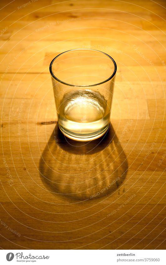 Fast leeres Glas glas geschirr trinken trinkglas trinken durst wasserglas weinglas schnapsglas voll halbvoll halbleer abend tisch stehen licht schatten