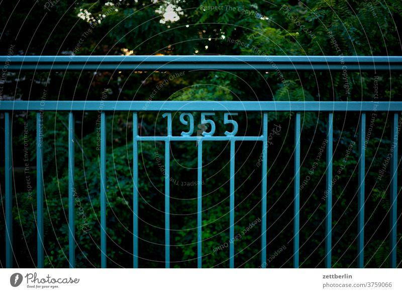 1955 sieversbrücke brückengeländer metall stahl eisen stange zahl ziffer jahreszahl historisch historie berlin steglitz lankwitz