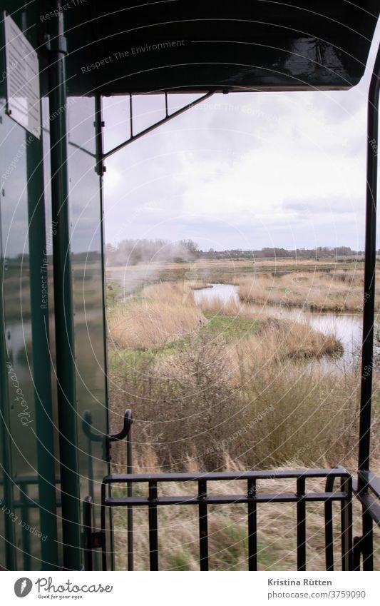 ausblick auf die salzwiesen von der somme-bucht-eisenbahn chemin de fer de la baie de somme museumseisenbahn zug dampfbahn historisch aussicht landschaft
