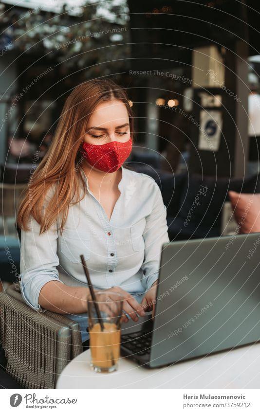 Blonde Frau mit Maske arbeitet am Laptop im Café Erwachsener attraktiv schön Schönheit Business Geschäftsfrau Kaukasier Kaffee Kaffeehaus Mitteilung Coronavirus