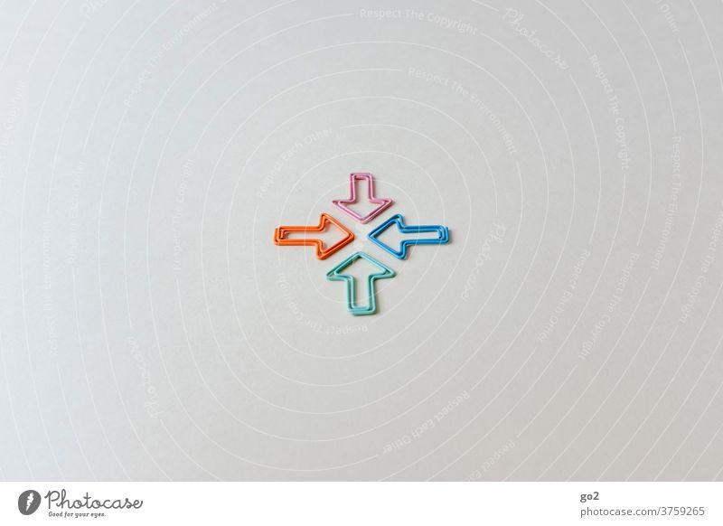 Vier Pfeile in unterschiedlichen Farben Symbole & Metaphern Meeting Treffen Kommunikation Kommunikationsproblem Streit Konflikt & Streit Kommunizieren Richtung