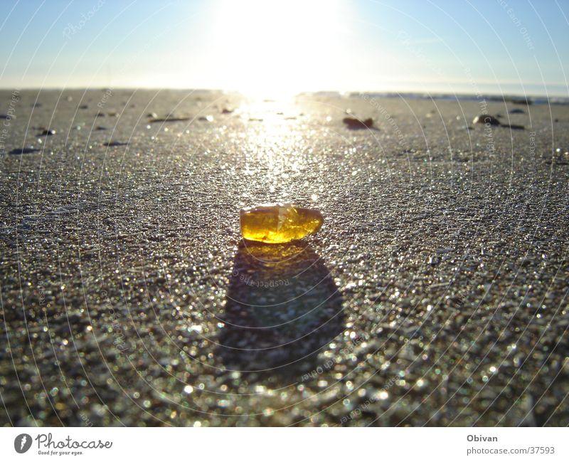 Bernstein See mehrere Gegenlicht gelb Horizont Meer Strand glänzend Licht Amber Himmel Lichteinfall Strahlung beige prächtig bernsteinfarben Sandbank Küste