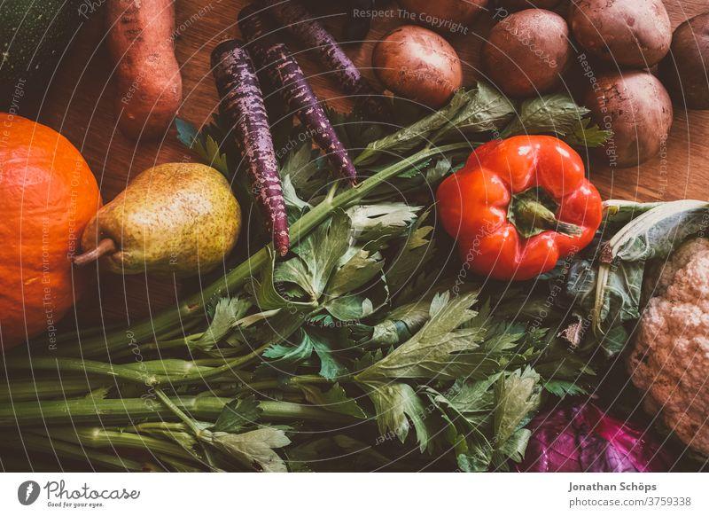 Erntedank Stillleben Gemüse saisonal im Herbst zum Erntedankfest Birne Blumenkohl Champignons Draufsicht Gemüsestillleben Holzhintergrund Holztisch Karotten