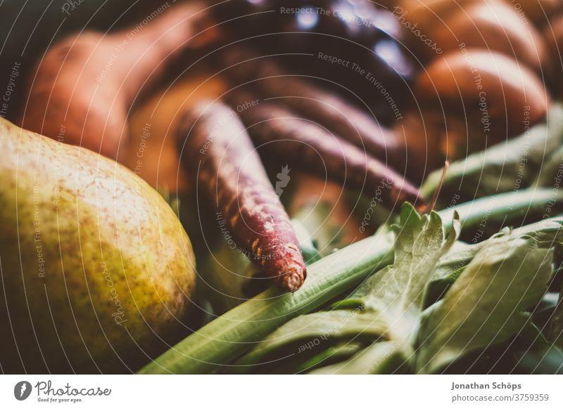 Erntedank Stillleben Gemüse saisonal im Herbst zum Erntedankfest Birne Holzhintergrund Holztisch Karotten Möhren Nahaufnahme Nahrung Obst Saison Selbstversorger