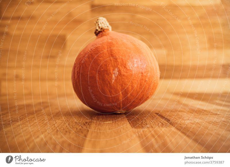 Hokkaidokürbis auf Holztisch zum Erntedank Erntedankfest Gemüse Halloween Herbst Hokaido Hokaidokürbis Holzhintergrund Kürbis Nahrung Saison Selbstversorger
