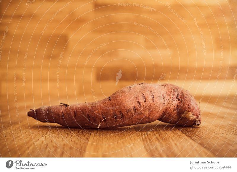 Süßkartoffel Stillleben Nahaufnahme vor Holz Ernte Erntedank Erntedankfest Gemüse Herbst Holzhintergrund Holztisch Nahrung Saison Selbstversorger bio