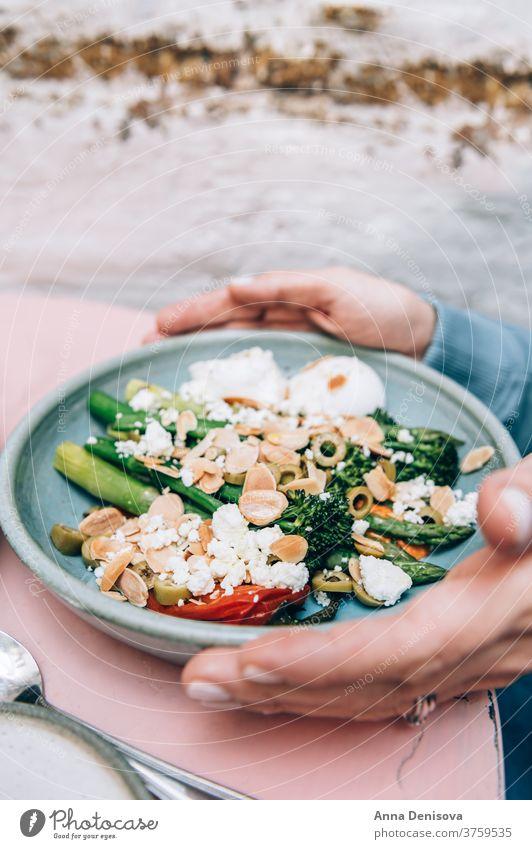 Gesundes Frühstück mit pochierten Eiern Gesundheit Brunch trendy Café pochierte Eier gerösteter roter Pfeffer zartstieliger Brokkoli Spargel Romesco-Sauce