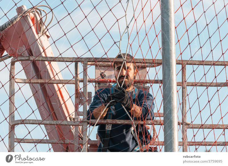 Mann, der mit einer Hebebühne in Höhen arbeitet. Podest heben Sicherheit Gerät industriell Industrie Arbeit Fahrstuhl mechanisch Konstruktion Kranich Arbeiter