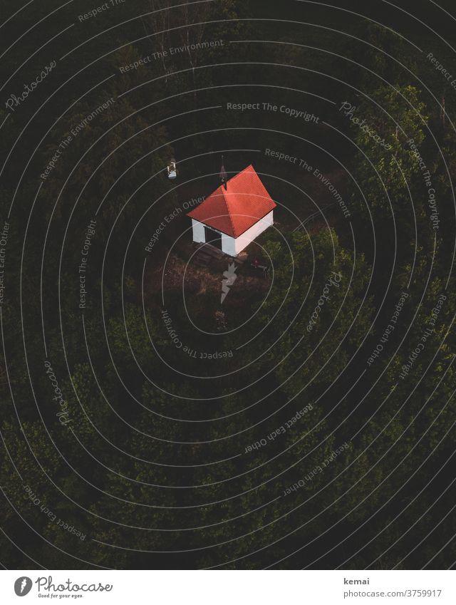 Kleine Kapelle Kirche grün Abgrund Hügel Fels Wald Baum rot weiß klein niedlich Drohnenaufnahme Drohnenansicht Vogelperspektive dunkel oben Schwäbische Alb