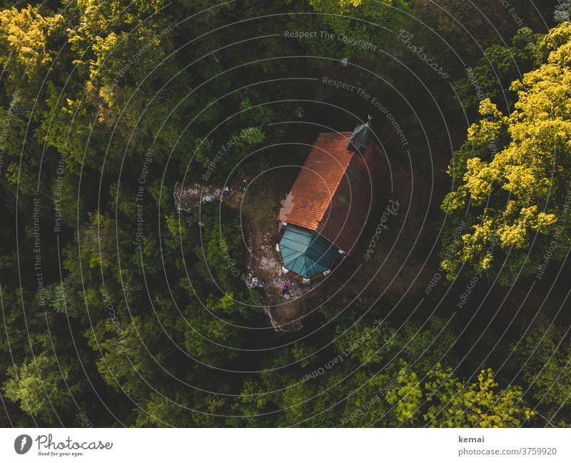 Kirche am Albtrauf Kapelle Schwäbische Alb Fels Felsnase Wald Baum Vogelperspektive Drohnenansicht Natur Landschaft grün Sonnenlicht Abgrund