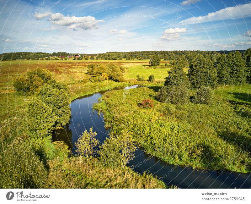 Sonniger Septembertag. Herbstlandschaft im abendlichen Sonnenlicht von oben. Baum fallen Fluss sonnig Wasser Natur Reflexion & Spiegelung blau Antenne