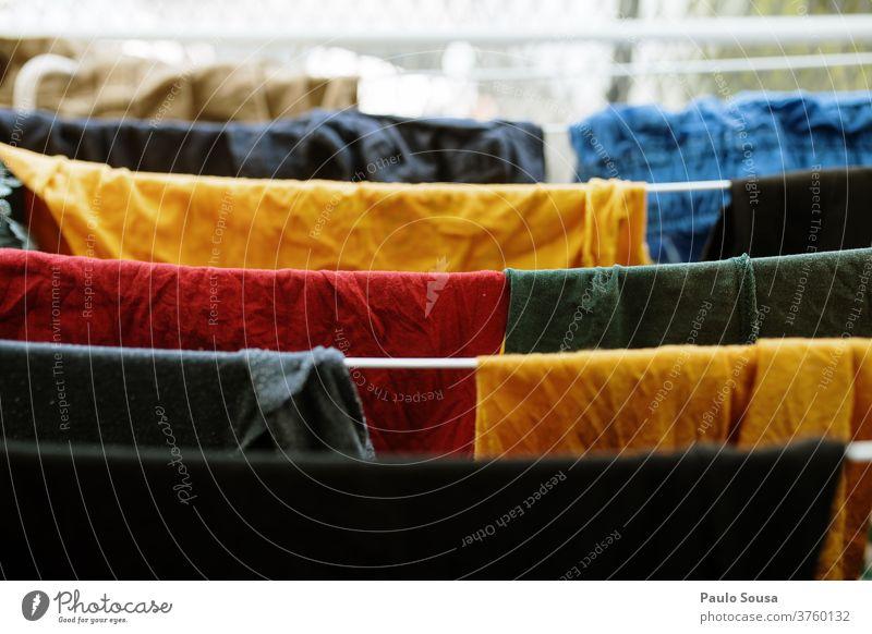 Bunte Kleider hängen Wäscheleine Kleiderhaken Kleidung erhängen farbenfroh Farbe Trocknung gewaschen Wäscherei aufhängen Wäsche waschen weiß Waschen