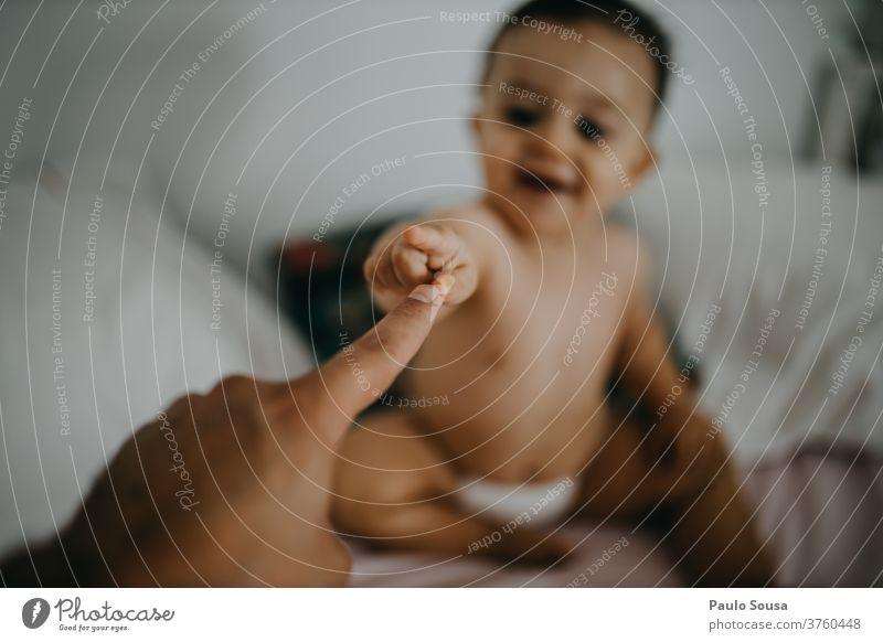 Kind berührt mit dem Vater die Finger Zusammensein Zusammengehörigkeitsgefühl Vaterschaft Sichtweise Kleinkind Lifestyle Familie & Verwandtschaft Kindheit