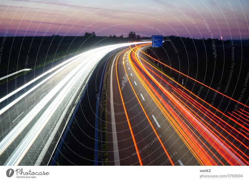 Ostkurve Autobahn Kurve Langzeitbelichtung Band Berufsverkehr Morgen Morgendämmerung unterwegs rastlos viele Bewegungsunschärfe Mobilität Horizont