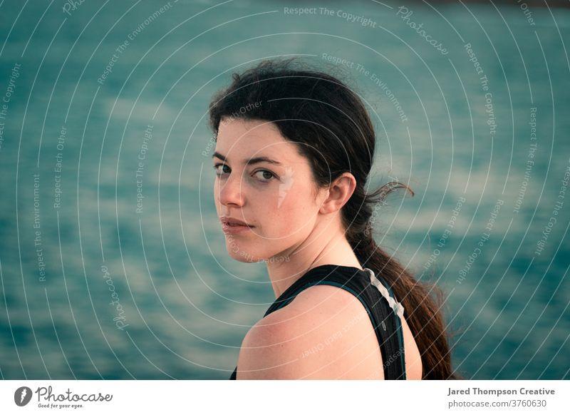 Ein Mädchen mit Blick auf den Ozean in Marourbra in Sydney, Australien Meer rosa Frühling nsw newsouthwales Ostküste Strand Steine Sommer blau Schwimmen & Baden