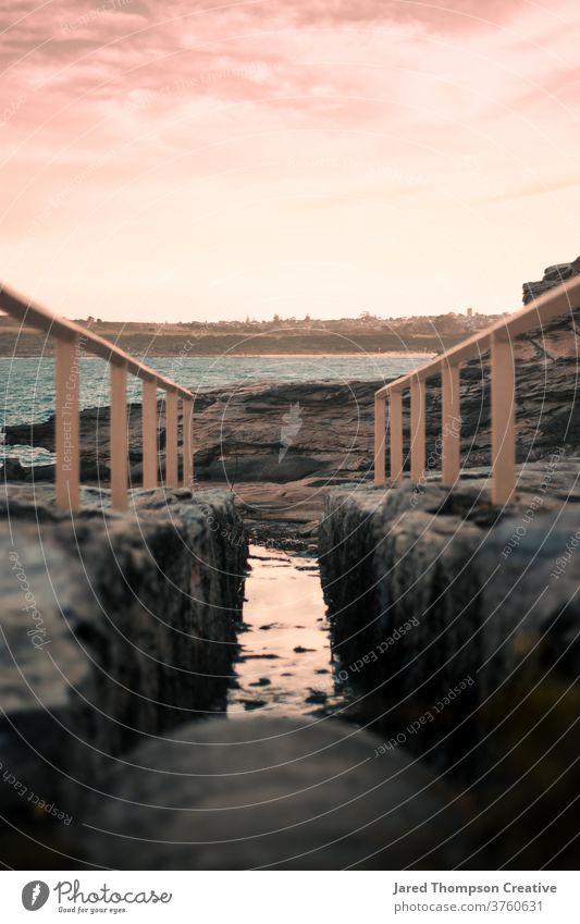 Ein rosa Sonnenuntergang in Marourbra in Sydney, Australien Meer Frühling nsw newsouthwales Ostküste Strand Steine Sommer blau Schwimmen & Baden