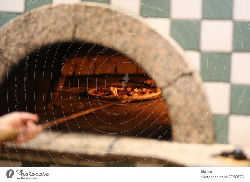 Italienische Pizza wird im Holzofen gebacken Ofen Baustein Käse gekocht Brot Koch Essen zubereiten Abendessen Feuer Flamme Lebensmittel heiß Mahlzeit Mozzarella