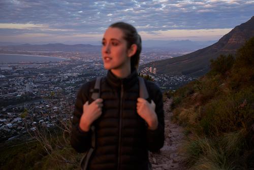 Glückliche junge Frau schaut in den Sonnenuntergang im Freien Abenteuer Natur Person reisen eine Sommer Freizeit Aktivität Rucksack Backpacker reisend Reisender
