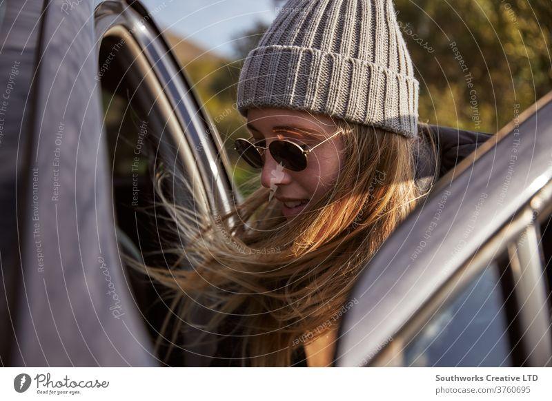 Junge Frau packt Auto für Autoreise Abenteuer im Freien Person Aktivität Freizeit Backpacker reisend Entdecker jung Erwachsener PKW Verpackung aktiv Wanderung