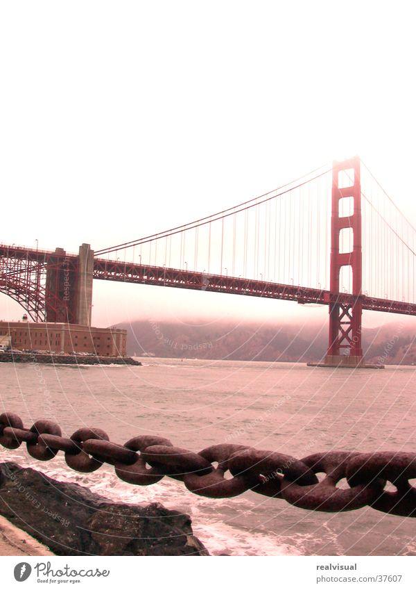 San Fransisco Golden Gate Bridge Regen Nordamerika düster. Meer Kette