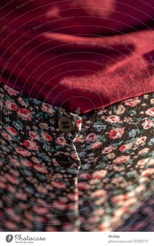 Lichtstimmung auf Modekombination aus schwarzem Rock mit Blumenmuster und weinrotem Baumwolloberteil Stimmung warm florales Muster Bekleidung Knopf Taille Stil