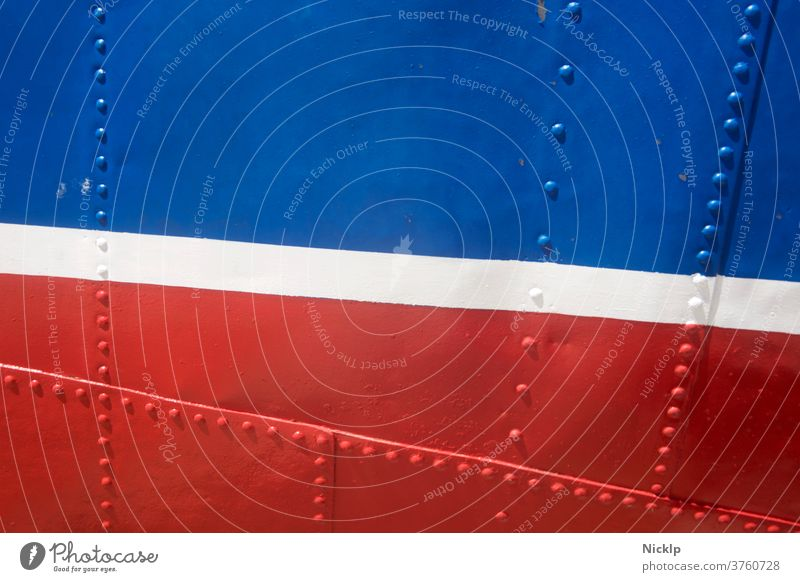 blau, weiß und rot lackierter, genieteter Schiffsrumpf - Detailaufnahme (Textur) Linien flächen Nieten Streifen Metall Texturen Design Frankreich holland