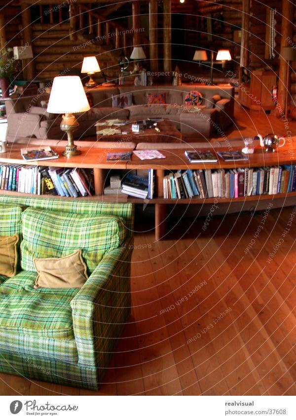 Grünes Sofa Holz Buch Holzhaus gemütlich New York City Architektur grün Holzfußboden Innenarchitektur Lampenschirm Bücherregal Blockhaus kariert Innenaufnahme