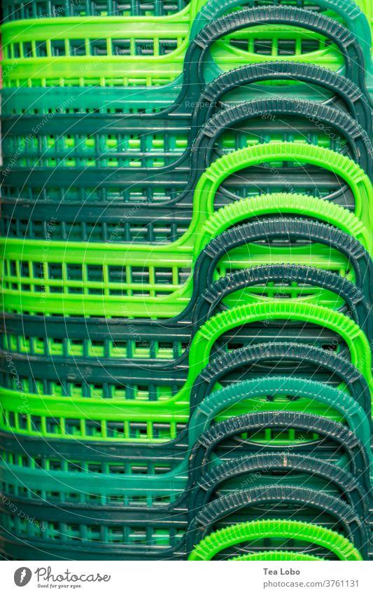Korbstapel Einkaufskorb Marktplatz kaufen Kunststoff grün Konsum Außenaufnahme