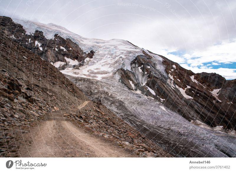 Blick auf hohe Berge mit Felsen und Eislandschaft in der Schweiz Fantastische Alpen Europa Himmel blau Schnee Schweizer Landschaft Berge u. Gebirge Gipfel weiß