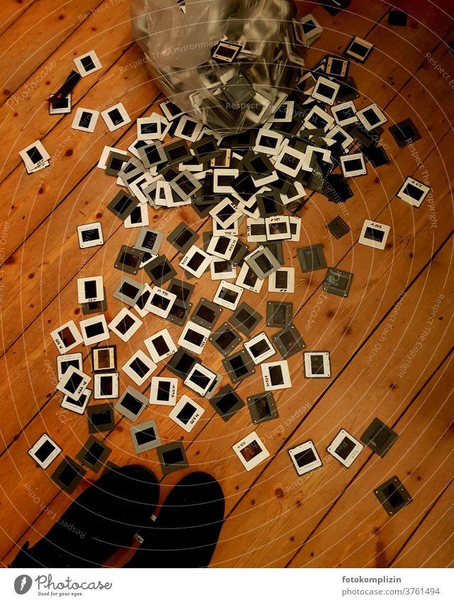 ein Haufen Diarahmen auf Dielenboden Dias analoge fotografie Nostalgie retro früher sentimental Vergangenheit Erinnerung Vergänglichkeit bewahren Fotografie