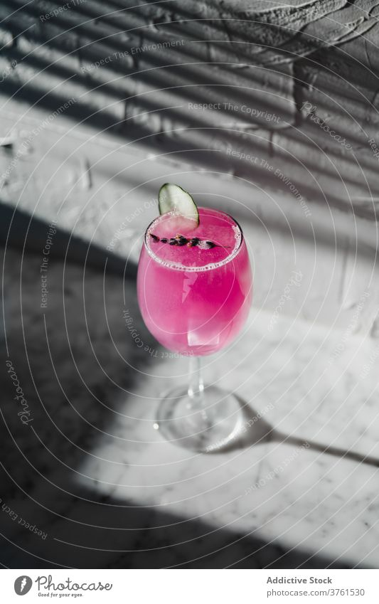 Glas mit buntem Alkohol-Cocktail trinken farbenfroh purpur Farbe Getränk Weinglas kalt hell Kalk Erfrischung Zitrusfrüchte liquide lecker dienen cool