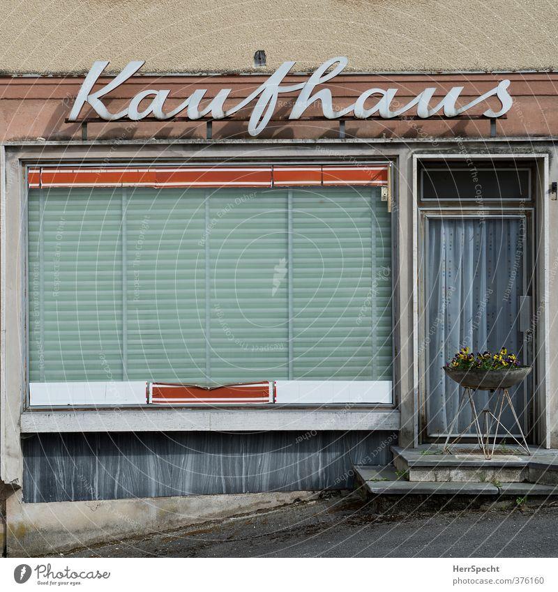 Einkaufsparadies kaufen Design Haus Gebäude Mauer Wand Fassade Fenster alt retro trashig trist Traurigkeit Ladengeschäft Kaufhaus Greisler Schaufenster