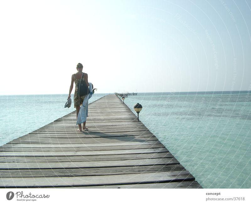 Steg ins Meer Strand Malediven Sommer Frau Blaues Wasser