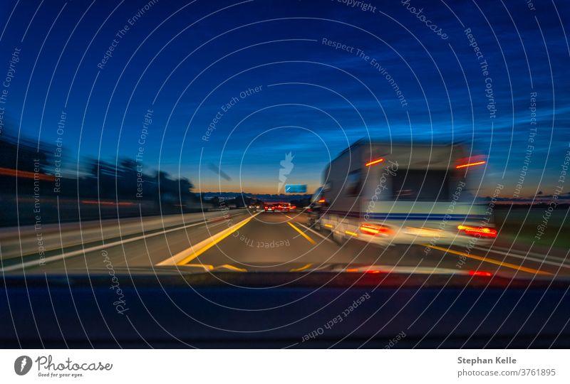Anhänger in Bewegung an einer Autobahn bei spätem Sonnenuntergang Automobil Sommer Mobile Landschaft heimwärts Straße Verkehr Ausflugsziel reisen Wohnwagen PKW