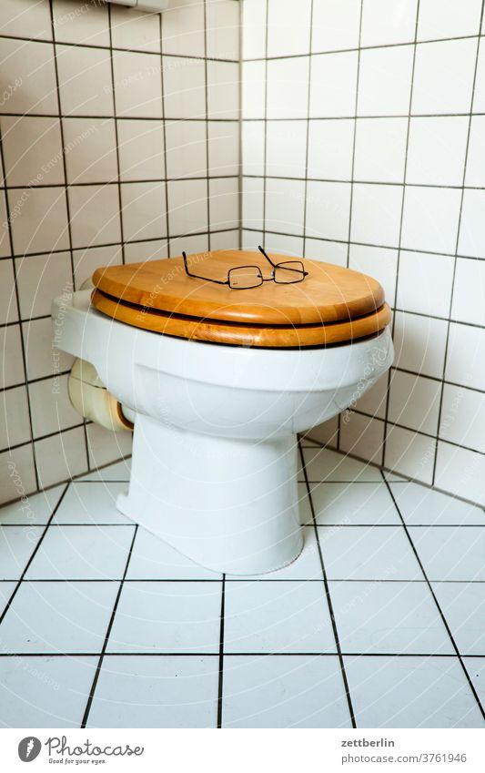 Brille auf der Klobrille schlecht Punktschrift dusche Hygiene klo klobecken klobrille optiker sanitär sehhilfe Toilette toilettenbecken wc zu zugeklappt Kacheln